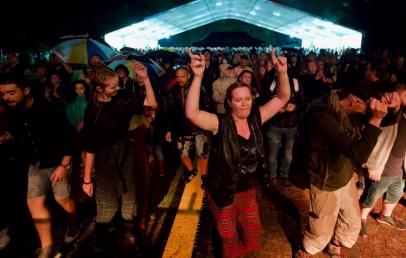 loon-plage:-ce-samedi-soir,-het-lindeboom-s'est-mis-en-mode-«chantons-et-dansons-sous-la-pluie»!